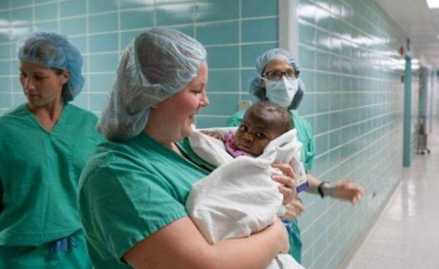 جراحة أمريكية تنجح في فصل مولودة بأربعة أرجل عن توأم طفيلي ..