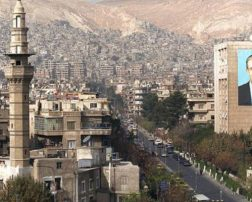 صورة عملاقة لحافظ الأسد على أحد جدران مدينة دمشق