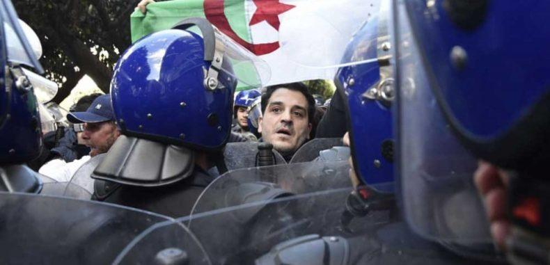 الإعلام الجزائري يدفن رأسه هربا من هدير أصوات الاحتجاجات
