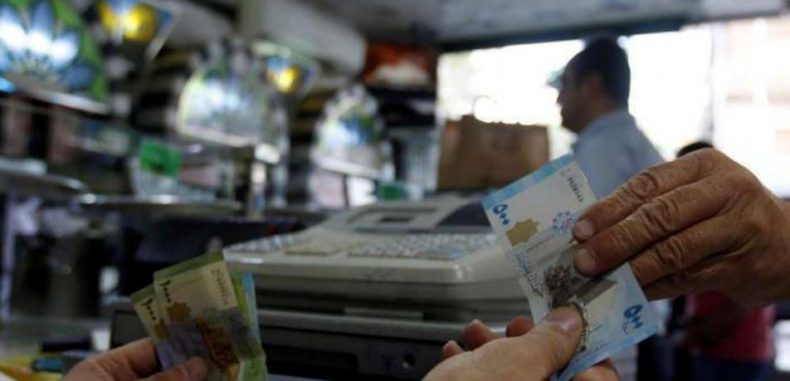 خبراء اقتصاديون يكشفون أسباب ارتفاع الدولار أمام الليرة السورية مؤخراً