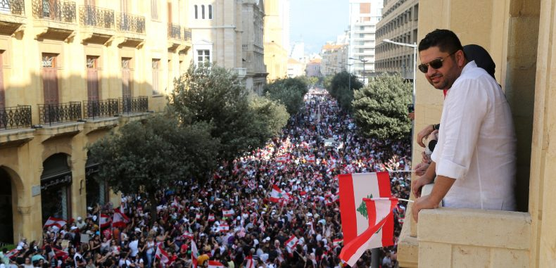 تظاهر عشرات الألوف في شوارع لبنان لليوم الثالث