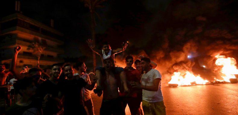 """لبنان ينتفض.. """"واتساب"""" يشعل تظاهرات عارمة ويقفل الطرقات"""
