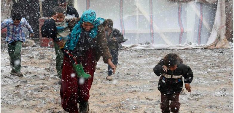 مخيمات الشمال السوري تتحضر لاستقبال الثلوج بالمناشدات