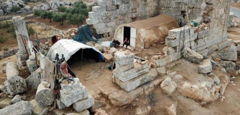بعد أن ضاقت بهم المخيمات… سوريون يلجأون للسكن بالمواقع الأثرية