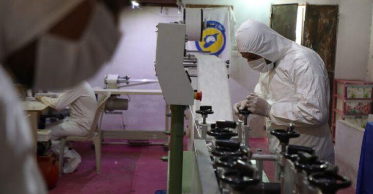 «الخوذ البيضاء» تصنع الكمامات لحماية الملايين في الشمال السوري